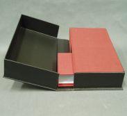 Verpackung mit Form und Format: Die Buchbinderei Konrad fertigt Schachteln und Kassetten nach Maß